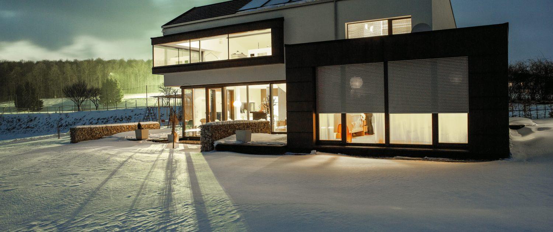 Einfamilienhaus mit Rollladen Dämmerung 1500x630 - Start