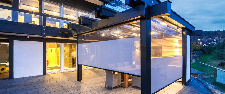 Terrasse mit zipSCREEN und Sichtfenstertuch 1 1500x630 - Raffstore und Screens